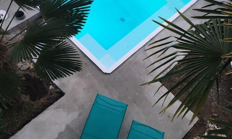 Une piscine à Saint Priest dans un petit lotissement.