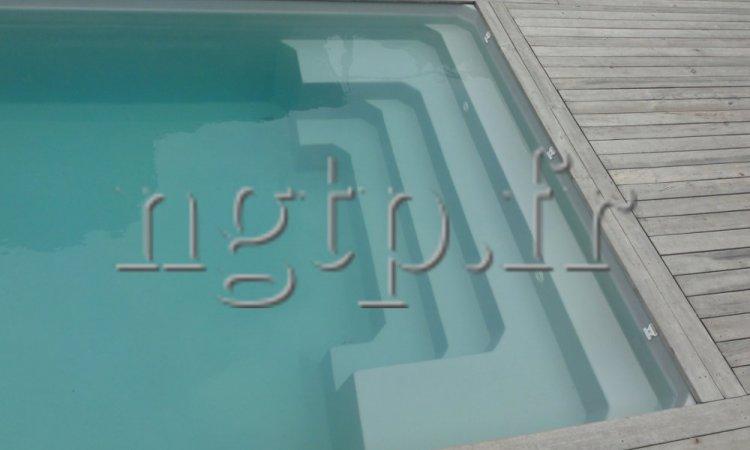 Plaged'une piscine DEVENSON fond plat.